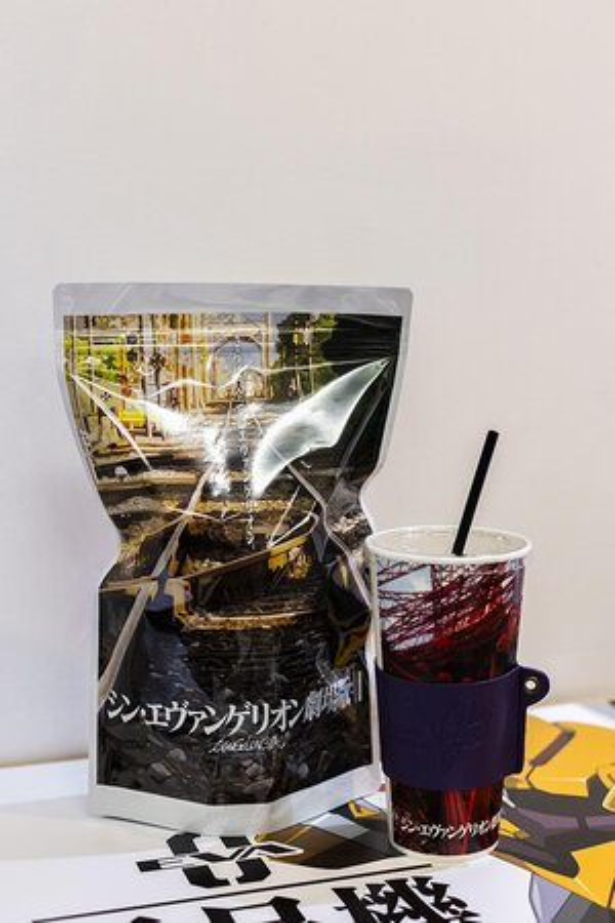 新宿バルト9のコンセッションでは、劇場限定メニュー(1500円)が販売。オリジナルのポップコーン袋とオリジナルドリンクカップ、そして特製カップスリーブが付いてくる