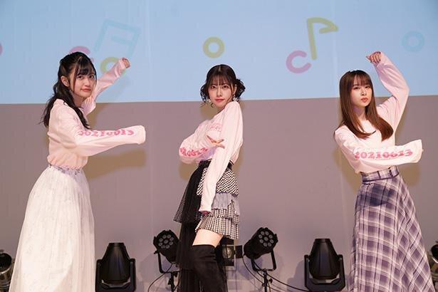 左から、小泉萌香さん、礒部花凜さん、前田佳織里さん