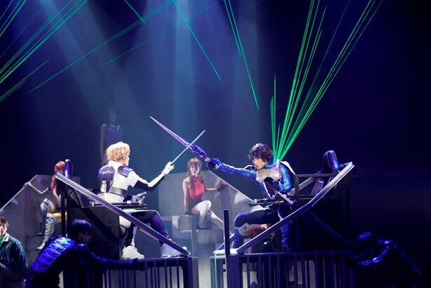 舞台でのMS戦は、演者が台座状の舞台装置に「搭乗」し、台座ごと人力で動かす手法で再現された