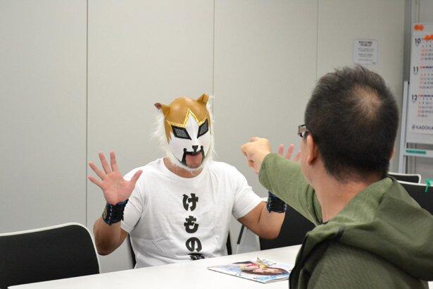 ケモナーマスクのマスクを脱がそうとする村田氏