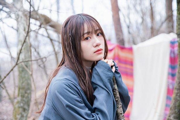 「プランダラ」第2クールオープニング曲「孤高の光 Lonely dark」を歌う伊藤美来さん